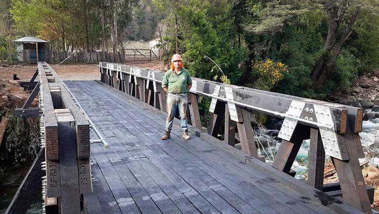 Trabajador sobre puente modular