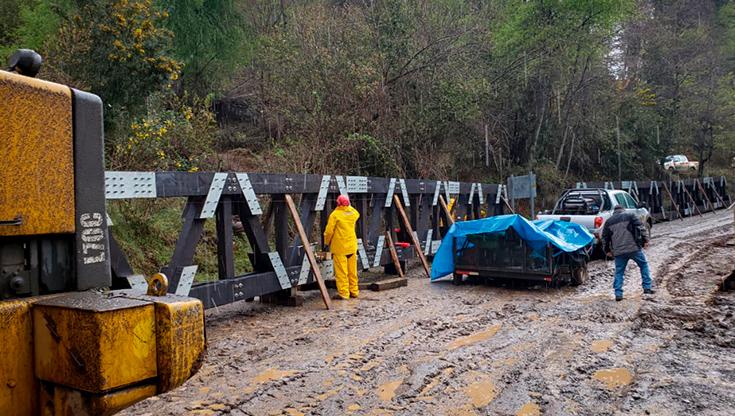 Estructura de puentes Tecnicos en montaje puentes grupo de técnicos en montaje puentes modulares en el camino