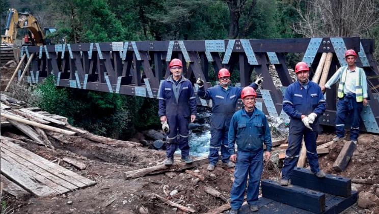 grupo de técnicos en montaje puentes modulares