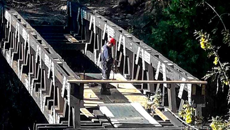 Tecnico trabajando en puente modular