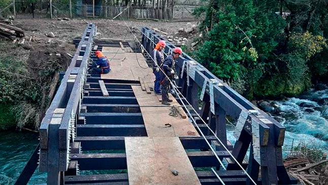 Entablando el piso de puentes modulares